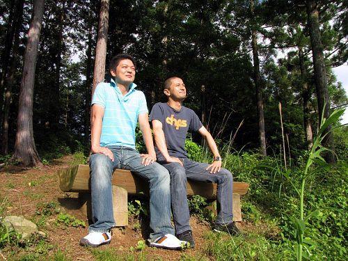 「六本木の夜明けは近いぜよ!」 大粟山から雄雄しく地平の彼方を望む大柿さんと黒田さん。でも、そっち側に見えるのは夕暮れなんですが…(笑)