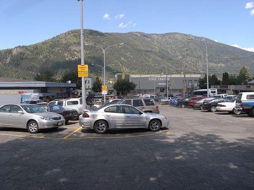 駐車場はあれだけど、向こうの山はきれいでしょ!山の手前のビルはCivic Centerと言って、市民のセンターということで、体育館や映画館が入っている施設。