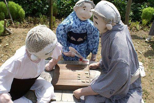 縁台将棋に興じる人たち。
