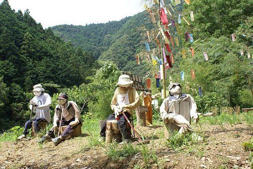 駒坂のカカシたちも七夕飾りの下でゲートボールをしています。