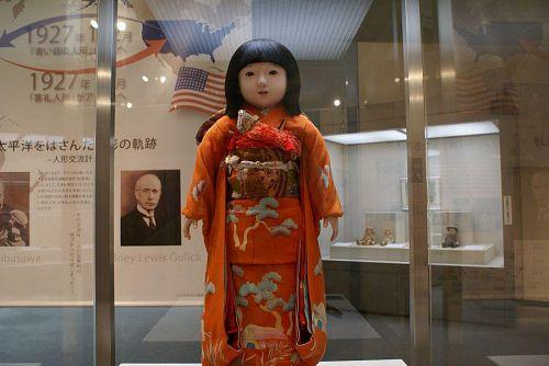 アリスちゃんの横に展示されている「ミス徳島」。立派な人形です。