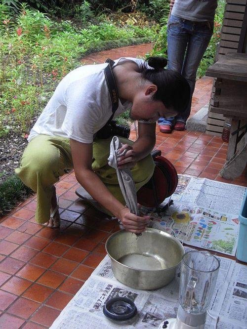 豆汁を搾り出す