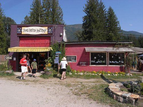 昔、ガススタンドと自動車修理工場だった建物が陶芸のお店とアクセサリーの二軒のお店になった。どっちも子育て中の女性オーナー、二人とも現場でレジの番をしながら作業している。