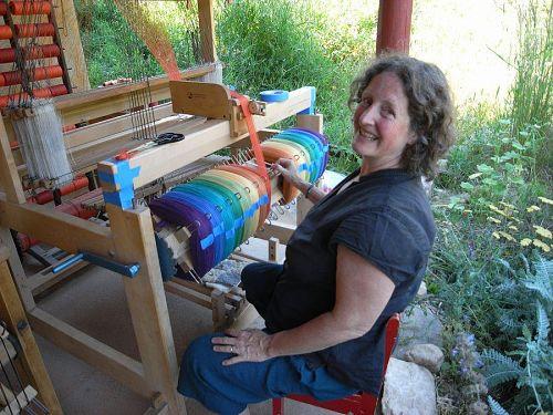 Janetさんがはたに糸を巻く作業中。織る前の準備の段階。