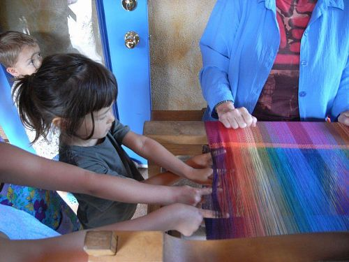 子供たちの指を織って、はたの仕組みを説明する。