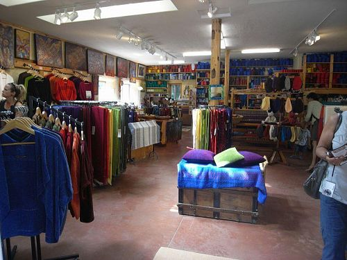 Barefoot Handweavingのお店の中。夫のTedさんのアート作品をたくさん展示している。