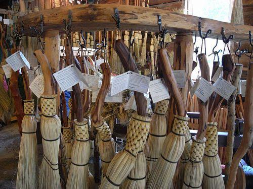 ほうきを展示するためのフックは鍛冶屋さんの物。相互依存だね。