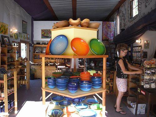 陶芸屋さんはこんな感じ。現場で作業している人もいるけど、家で作って、お店に持っていって売ってもらっている人もいる。