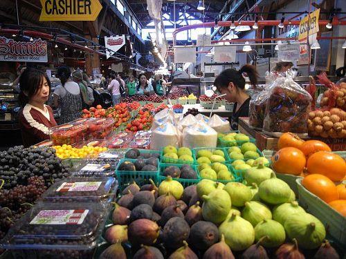 巨大マーケットの中は珍しい果物や野菜を始め、魚介類、パン類、スパイス、洋菓子、チーズ、などなど。ちょっとお高いけど、バンクーバー内の一番の品ぞろえ