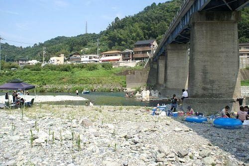 阿野橋下の遊泳場所。