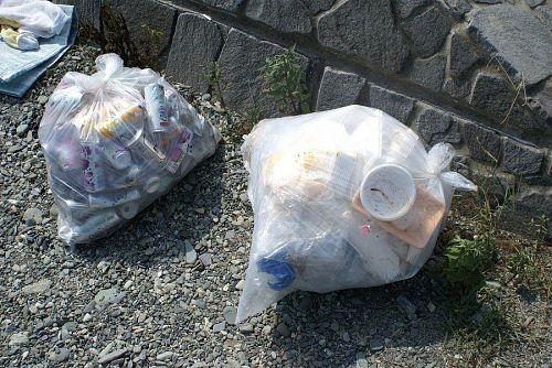 ゴミをきちんと持ち帰るグループもあります。
