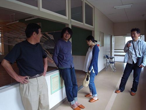 杉田さん夫妻と岩丸さん。下分小学校