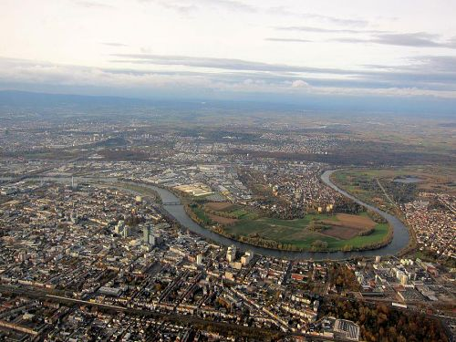 フランクフルト国際空港着陸前、オッフェンバッハ上空を通過中。蛇行して流れるのはマイン川(ライン川の支流、。(2010年11月4日15:26CET)