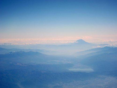 さらば日本よ。しばしの別れじゃ!遠くに霊峰富士を眺めつつ、北アルプス西方をシベリアに向かって飛行中。(2010年11月4日11:53JST)