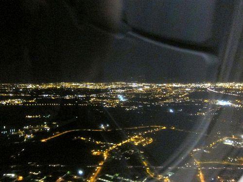 「翼よ、これがフィレンツェの灯だ!」とばかりに、夜景を捉えようと張り切っていたのですが、コチラからは見えないと隣席の若い男性からの一声。見えているのは、プラートだそうです。(2010年11月4日18:43CET)