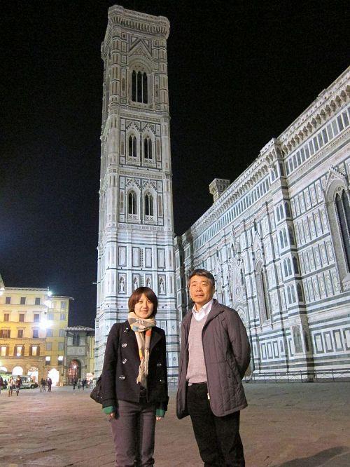 佐藤のおっちゃんと娘。1387年完成の「ジョットの鐘楼」をバックに記念撮影。(2010年11月4日20:07CET)