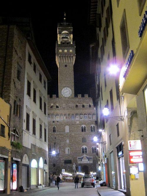 「ヴェッキオ宮殿」。1314年の完成当時は、フィレンツェ共和国政庁舎として、そして現在は、フィレンツェ市庁舎として使われている。(2010年11月4日20:26CET)