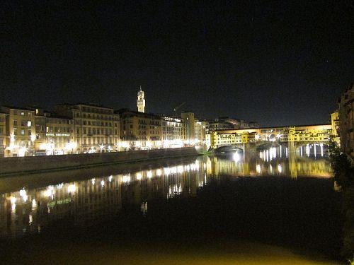 市街南側を流れるアルノ川に架かるサンタ・トリニータ橋からポンテ・ヴェッキオ橋を望む。(2010年11月4日22:22CET)