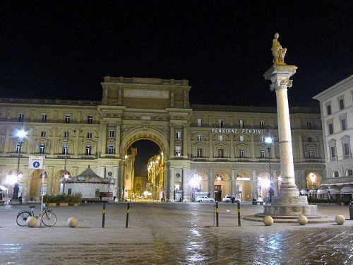 朝露に濡れた石畳。、レプッブリカ(共和国)広場もシーンと静まり返っています。(2010年11月5日05:58撮影)