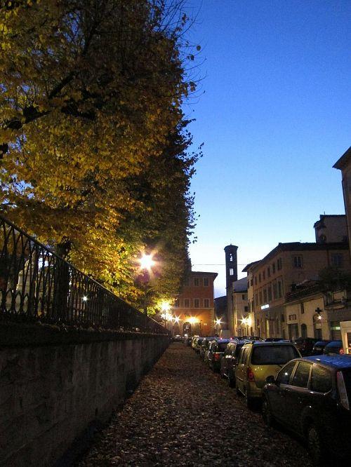 空が青みを増してきました。また、街の至るところに教会があり、鐘楼が建っています。この先にも一つ。(2010年11月5日06:25撮影)