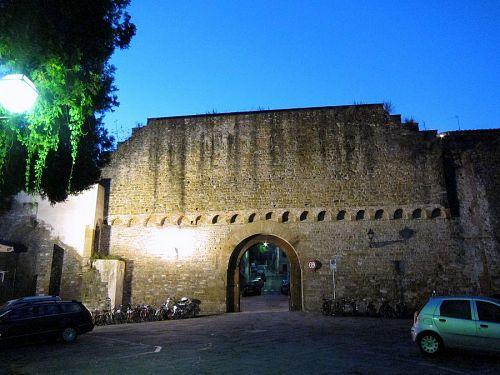 ルネッサンス期、フィレンツェの市街地の南側を囲っていた城壁の城門。残していますよねぇ。ちゃんと!(2010年11月5日06:29撮影)