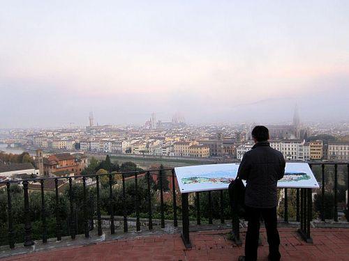 フィレンツェの秋は一年で一番雨の多い季節(月間100mm程度)で、霧もたびたび出るらしい…。(2010年11月5日06:45撮影)