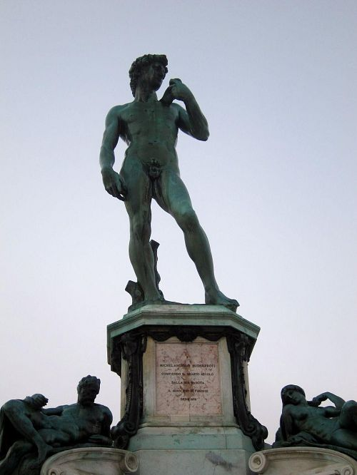 ミケランジェロ広場に立つダヴィデ像。これはレプリカで、本物はアカデミア美術館にあります。でも、これはこれで見事です。(2010年11月5日06:52撮影)