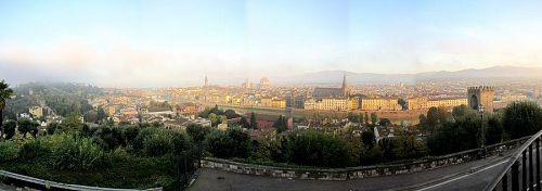 ミケランジェロ広場から見たフィレンツェ市街のパノラマ写真(3)。(2010年11月5日07:28撮影)