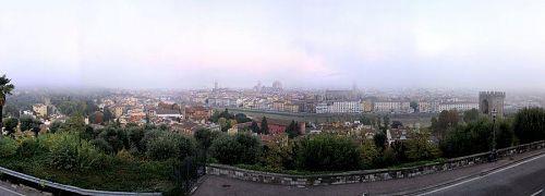 ミケランジェロ広場から見たフィレンツェ市街のパノラマ写真(1)。(2010年11月5日06:47撮影)