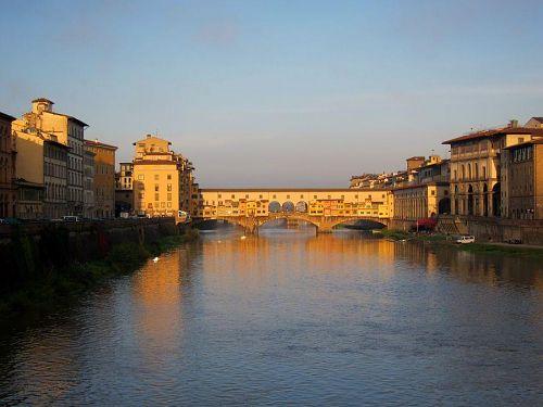 晩秋の朝日に照らされて、静かに佇むヴェッキオ橋。橋の上部はウッフィツィ美術館(右岸側)とピッティ宮殿(左岸奥)を結ぶ「ヴァザーりの回廊」がある。(2010年11月5日07:45撮影)