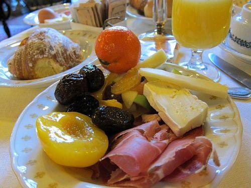 朝食です。生ハム、生ソーセージ、チーズ各種、果物、ジュースとクロワッサン。(2010年11月5日08:23撮影)