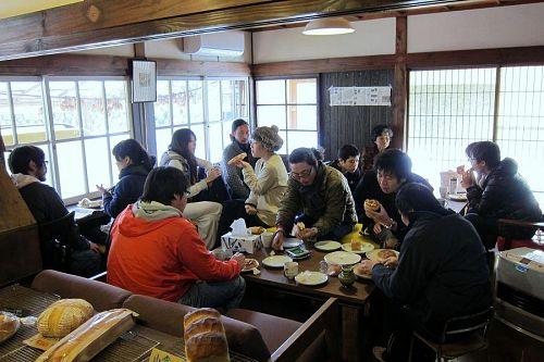 昼食はみんなで「薪パン」にレッツゴー!美味しいパンとコーヒー、そして新しい仲間たち。いい時間が流れていました。