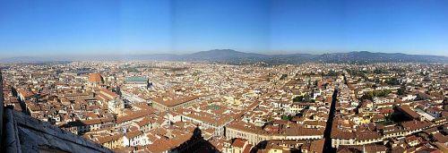 眼前に中世の雰囲気をそのまま残したフィレンツェの大パノラマです!中央後方にはフィエーゾレの丘が広がっています。(2010年11月5日11:07CET)