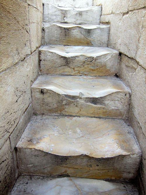 外壁の中をクルクルと回りながら螺旋のように登るだけでも骨が折れるうえ、傾いているので歩くのも一苦労。(2010年11月6日11:55CET)