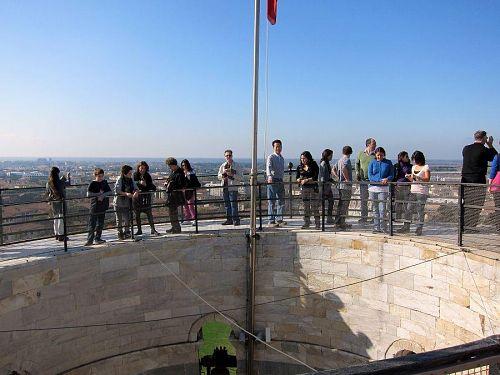 塔の傾斜度は5.5度だそうで、目でも体でも傾きを感じることができます。(2010年11月6日12:02CET)