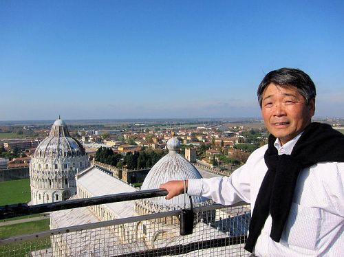 すまし顔の佐藤さんですが、心の中ではコワバッテいます(笑)。高所恐怖症らしい・・・。(2010年11月6日11:57CET)