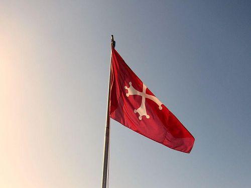 赤字に白い十字架の「ピサの旗」。十字架には十二使徒を表す白い球が付いています。(2010年11月6日11:56CET)