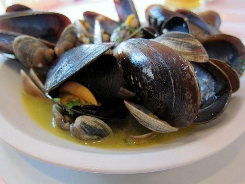 かつての海洋国家ピサではやはり魚介料理。ムール貝とアサリのスープ。絶品でした!(2010年11月6日13:25CET)