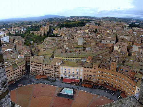 世界中で最も美しい広場と言われる理由が分かります。夏にこの広場で「パリオ」と呼ばれる競馬が行われます。(2010年11月10日11:07CET)(2010年11月10日11:07CET)