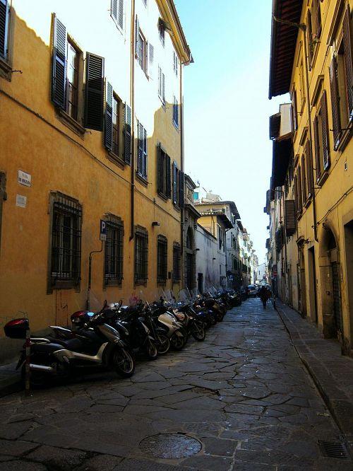 ホテル・モナ・リザにほど近いメッツォ通り。石畳の道路は一車線分を残してバイクの合法駐車場となっています。(2010年11月5日10:37CET)