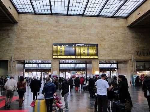 キャスター付きスーツケースを引いている人が行き交い、鉄道駅は活気に満ちています。スリや置き引きも多く要注意。特に日本人は狙われやすいのだとか!(2010年11月6日09:13CET)