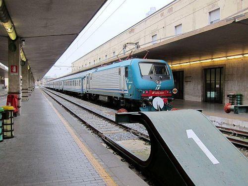 右側の列車が各駅停車のリボルノ中央駅行きです。(2010年11月6日09:17CET)