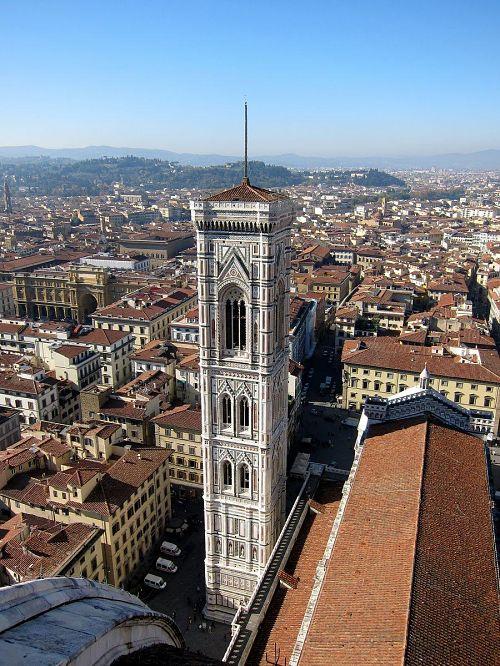 赤、白、緑の大理石で作られたゴシック様式のジョットの鐘楼(高さ84m)が中世の街に映えます。(2010年11月5日11:02CET)