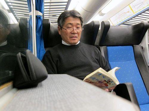 10日に観劇予定のオペラ「フィガロの結婚」を予習する佐藤さん。まもなくご就寝の気配が漂い始めています(笑)。(2010年11月6日09:48CET)