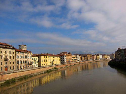 フィレンツェ(海抜50m)のから下流へ約70km。ピサ(海抜4m)を横切るアルノ川。10km先はもう地中海です。(2010年11月6日10:44CET)