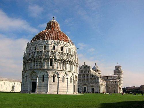 汗を拭いながらドゥオモ広場に到着。洗礼堂、ドゥオモ、斜塔が居並ぶ絶景です。(2010年11月6日11:06CET)