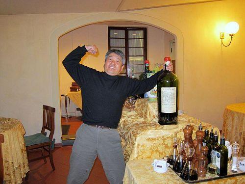 「ワインをまわせ 底まで飲もう あんたが一番 わたしは二番 ドンドン ♪ 」 佐藤さん、絶好調!「あとで効くろう?!」…(笑)。2010年11月7日22:08CET)