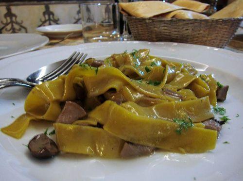 ポルチーニ茸とハムのフェットチーネ(Fettucine)。ですよね?!少々ピンボケていますが…(笑)。(2010年11月7日20:44CET)