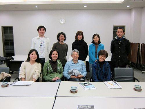10月下旬、下見に訪れたコミュニティ・トラベル・サービス社の渡辺真理子さん(前列右端)。ホテル四季の里で他のツアーの皆さんとともに。