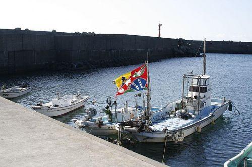 旗めく漁港。天気は快晴。